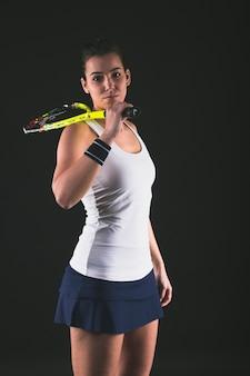 Squash player stwarzających z rakietą na ramieniu