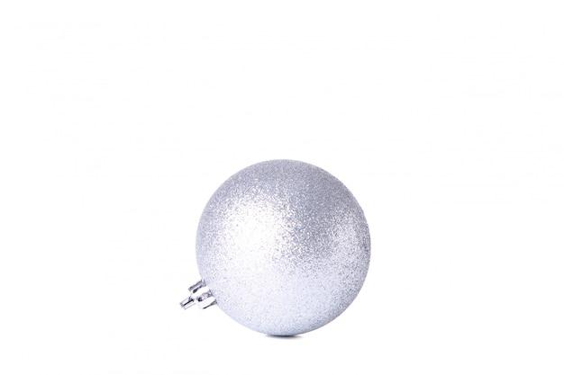 Srebne boże narodzenie piłki odizolowywać na białym tle