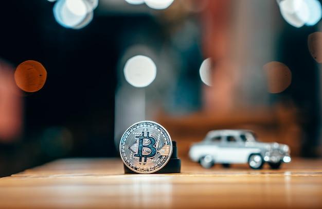 Srebny bitcoin odizolowywający na stole