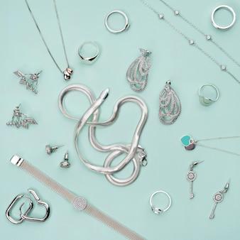 Srebrna biżuteria na minimalistycznym miętowym niebieskim tle