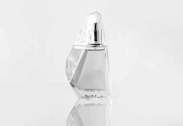 Srebrna butelka z przodu zaprojektowana na białym tle na białej ścianie