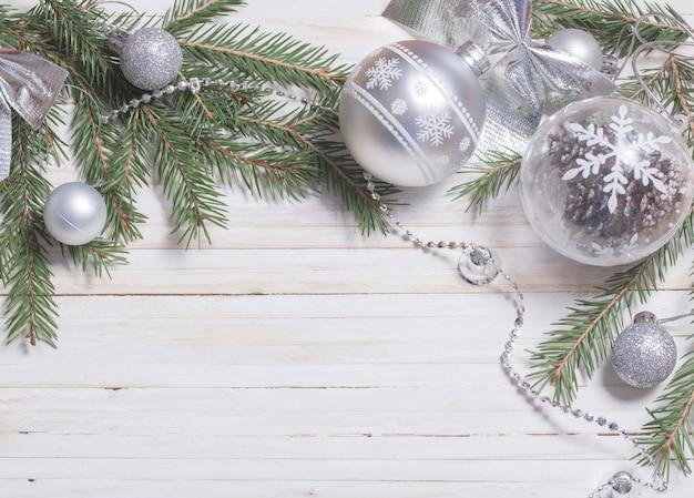 Srebrna dekoracja świąteczna na podłoże drewniane