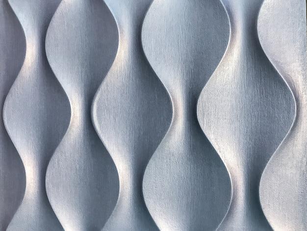 Srebrna dekoracyjna ściana wewnętrzna 3d 3d o nietypowym geometrycznym kształcie.