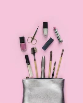 Srebrna kosmetyczka z produktami do makijażu, zestaw akcesoriów dekoracyjnych dla kobiety.