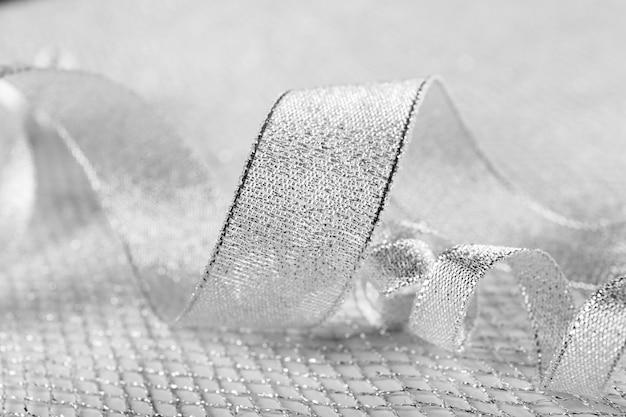 Srebrna kręcona wstążka na błyszczącym tle