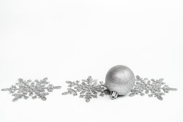 Srebrna kula. dekoracja świąteczna