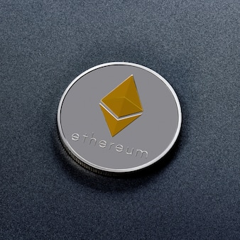 Srebrna moneta ethereum ze złotym symbolem przedstawionym na ciemnej powierzchni. obraz koncepcyjny dla światowej kryptowaluty i cyfrowego systemu płatności. widok z góry