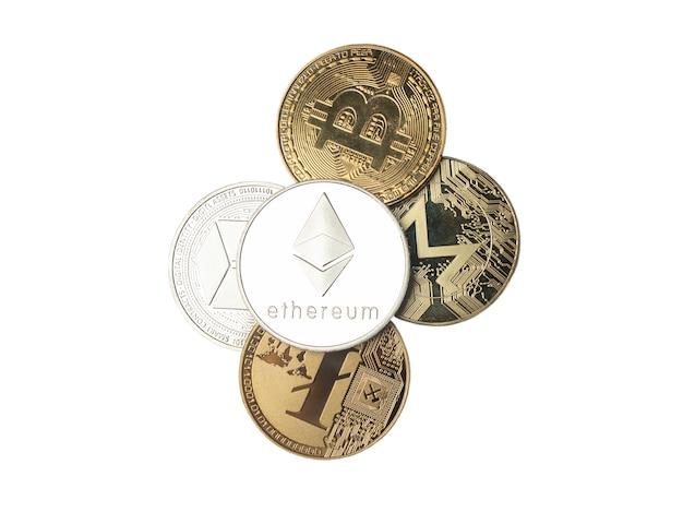 Srebrna moneta etherium lub etherum nad innymi symbolami walut kryptograficznych na białym tle. widok z góry świecącego eth.