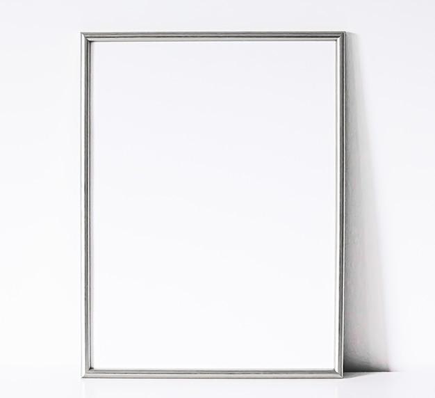 Srebrna ramka na białych meblach luksusowy wystrój domu i projekt do wydruku plakatu maki...
