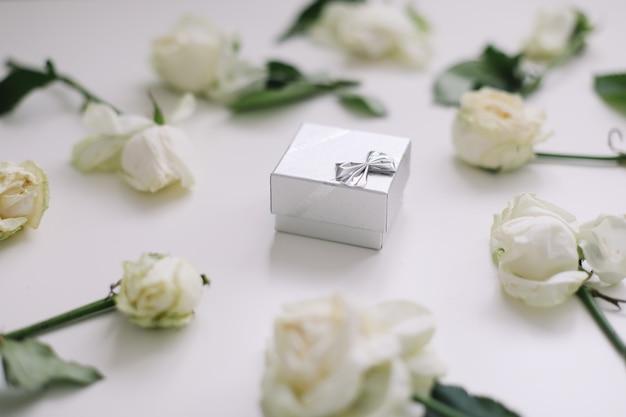 Srebrna szkatułka na biżuterię i białe róże
