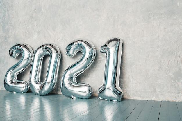 Srebrne balony 2021. szczęśliwego nowego 2021 roku. cyfry metaliczne 2021