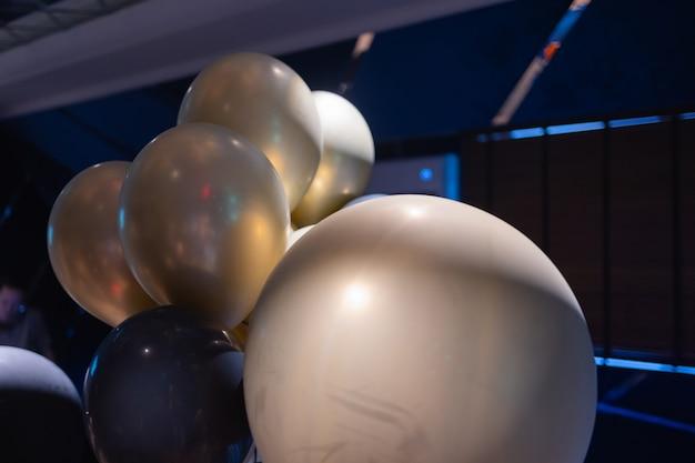 Srebrne balony z helem w kształcie gwiazdy na niebiesko.