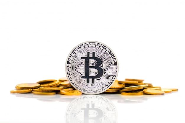 Srebrne bitcoiny umieszczone na złotych medalach