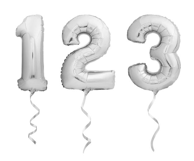 Srebrne chromowane cyfry 1, 2, 3 wykonane z nadmuchiwanych balonów z wstążkami na białym tle