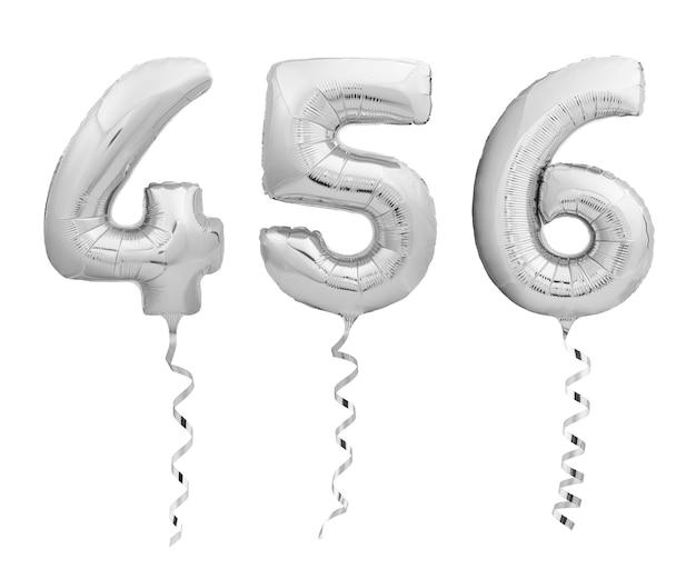 Srebrne chromowane cyfry 4, 5, 6 wykonane z nadmuchiwanych balonów z wstążkami na białym tle