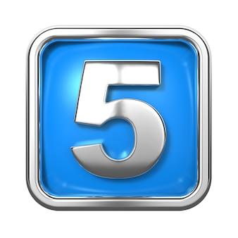 Srebrne cyfry w ramce, na niebieskim tle. numer 5