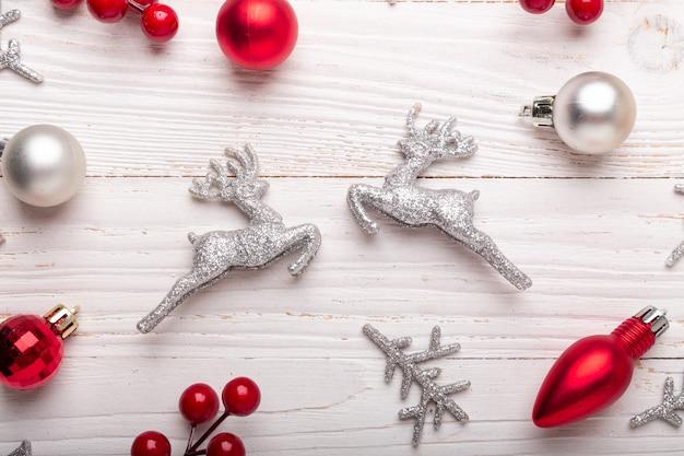 Srebrne czerwone prezenty świąteczne