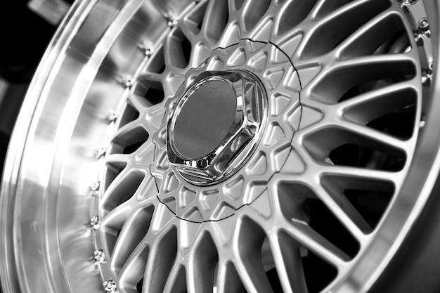 Srebrne felgi aluminiowe na samochód zbliżenie zakup i wymiana autodysków
