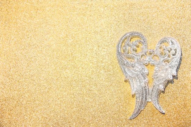 Srebrne kabaretki na złotym błyszczącym tle, świąteczny wystrój