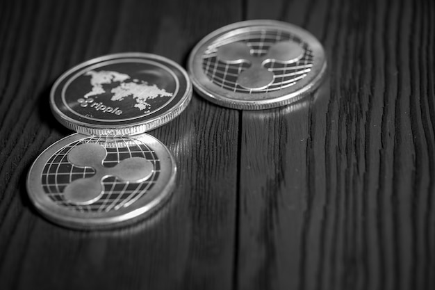 Srebrne monety marszczyć na czarnym drewnie