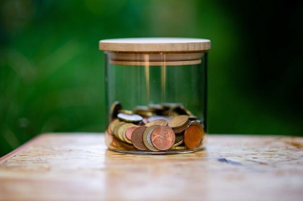 Srebrne monety, oszczędzanie pieniędzy na przyszłość koncepcja wykorzystania pieniędzy do poznania pieniędzy