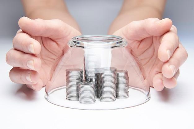Srebrne monety pokryte szklaną kopułą.