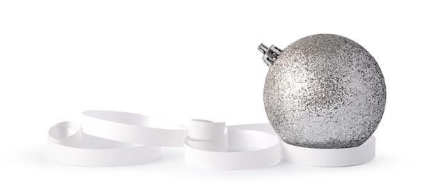 Srebrne musujące bombki świąteczne na białym tle