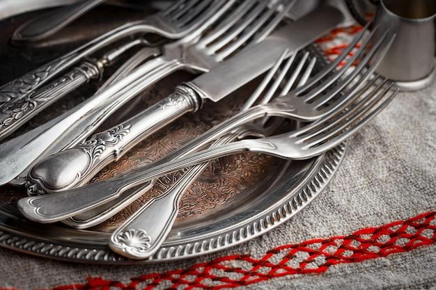 Srebrne naczynia na starym stole