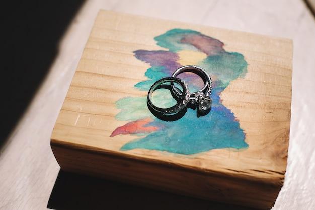 Srebrne obrączki znajdują się na malowanym pudełku