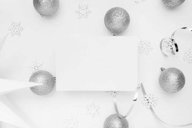 Srebrne ozdoby świąteczne na białym stole