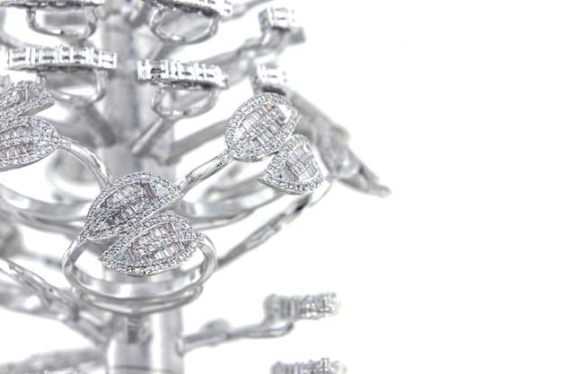 Srebrne pierścionki z kształtem bagietki cz na drzewie odlewniczym