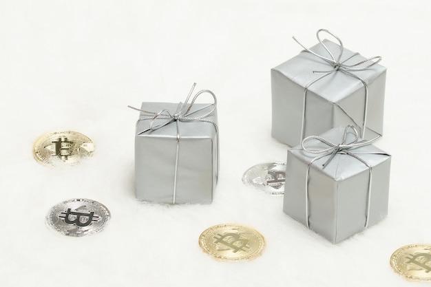 Srebrne pudełka na prezenty i monety bitcoiny