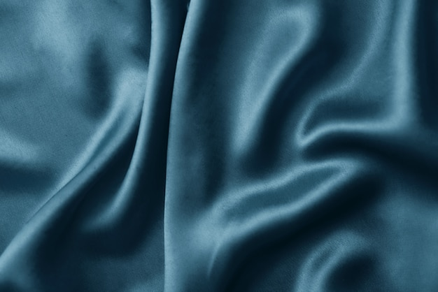 Srebrne tło jedwab z zakładkami. abstrakcjonistyczna tekstura pluskocząca jedwab powierzchnia