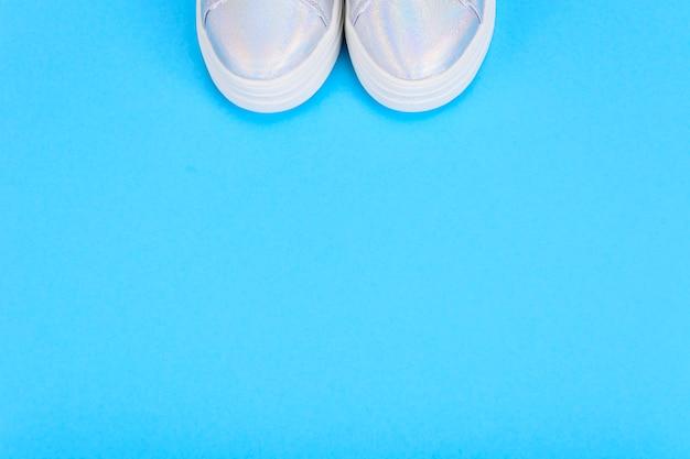 Srebrne Trampki Na Niebieskiej Powierzchni Premium Zdjęcia