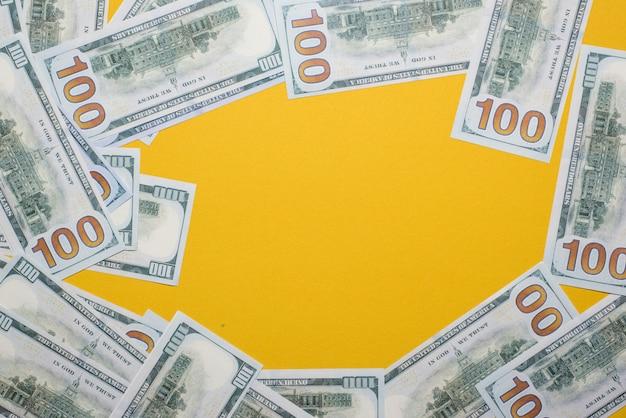 Srebrne zdjęcie jest umieszczone na żółtym tle. sukces, biznesowy pojęcie z kopii przestrzenią