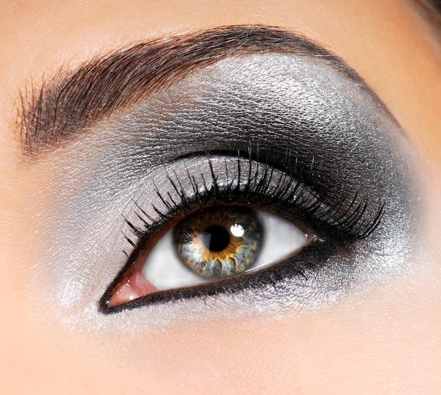 Srebrno-czarny jasny makijaż modowy