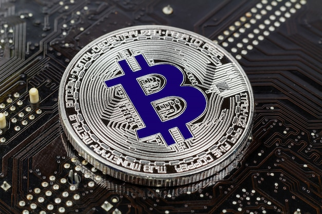 Srebrny bitcoin na czarnym tle zbliżenie. wirtualne pieniądze kryptowaluty