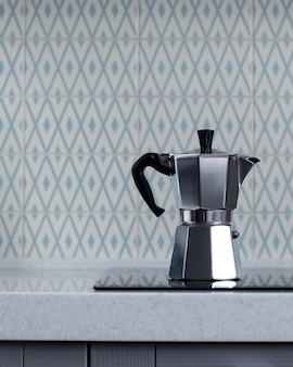 Srebrny dzbanek do kawy moka na kuchence. ekspres do kawy z gejzerem. skopiuj miejsce.