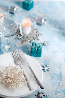 Srebrny i kremowy stół świąteczny z dekoracjami