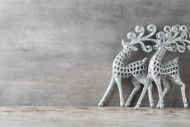 Srebrny jeleń na szarym tle. boże narodzenie tło.