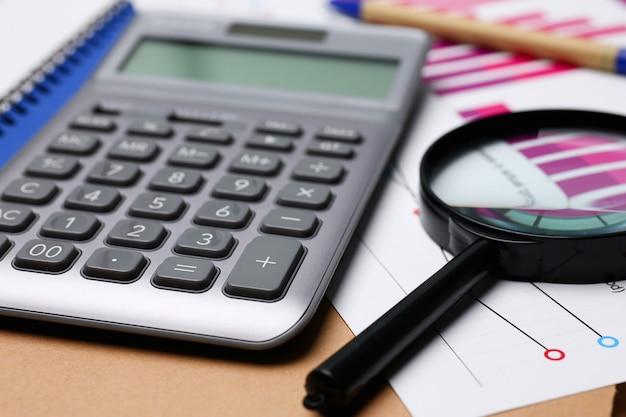 Srebrny kalkulator i statystyki finansowe w schowku