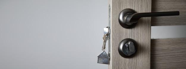 Srebrny klucz do drzwi.
