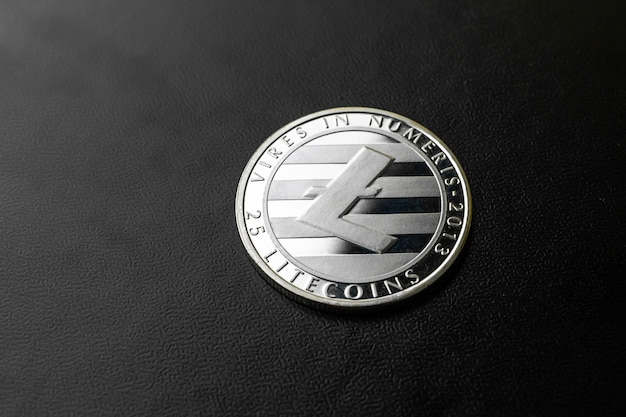 Srebrny litecoin na czarnym tle z bliska, koncepcja biznesowa i finansowa monety kryptograficznej, skopiuj zdjęcie miejsca