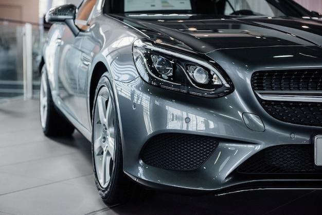 Srebrny luksusowy pojazd stojący wewnątrz