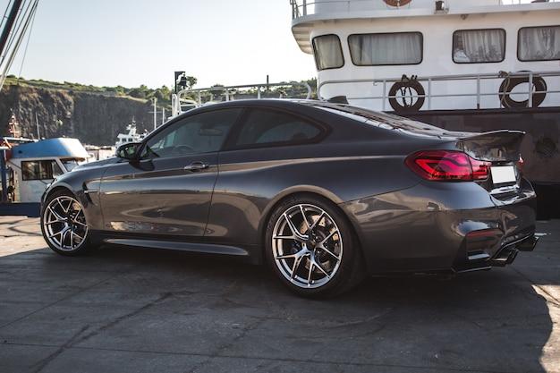Srebrny luksusowy samochód sportowy w porcie.