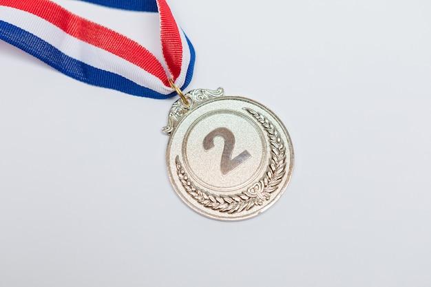 Srebrny medal za osiągnięcia sportowe za drugie miejsce w klasyfikacji na białym tle. igrzyska olimpijskie i koncepcja sportu