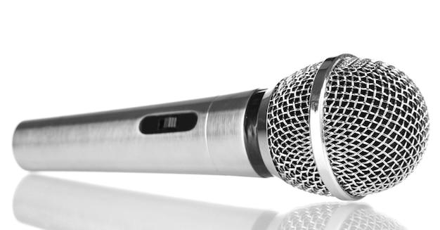 Srebrny mikrofon na białym tle