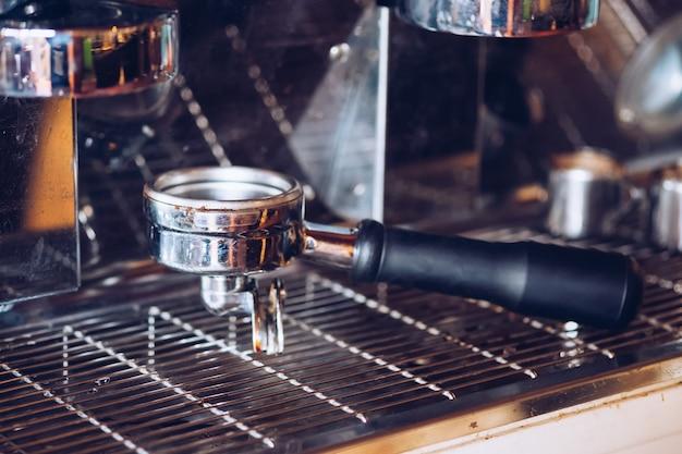 Srebrny młynek nałożony na ekspres do kawy, filtr w stylu retro