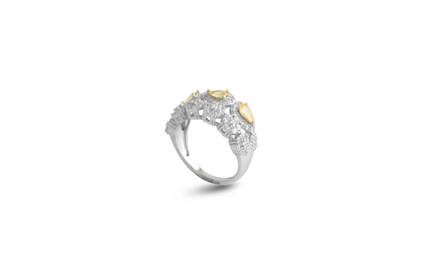 Srebrny pierścionek na białym tle