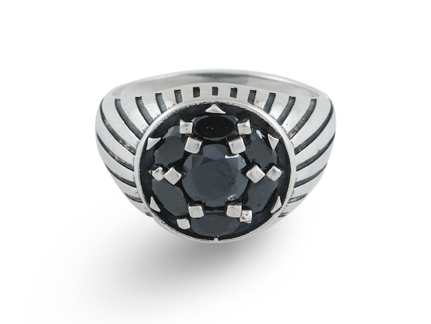 Srebrny pierścionek pod białym